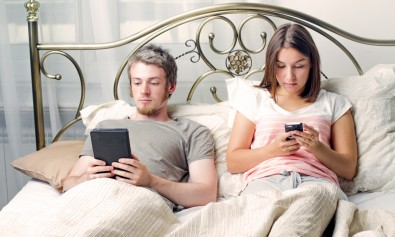 couple-in-bed-with-phones